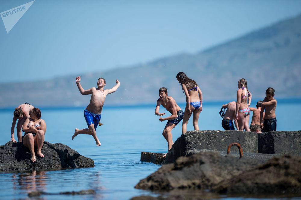 克里米亚的度假者从船头跃入水中