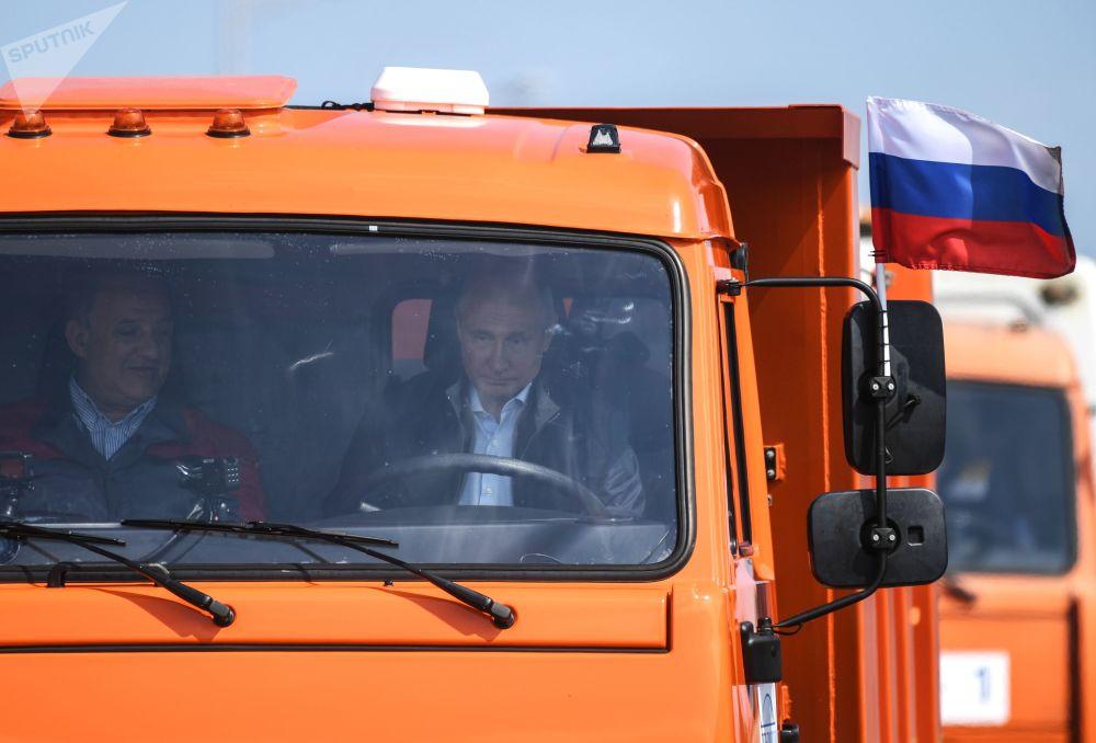 2018年5月15日,隆重的克里米亚大桥开桥仪式上,俄罗斯总统弗拉基米尔·普京驾驶卡玛斯卡车,率领一支车队通过大桥。