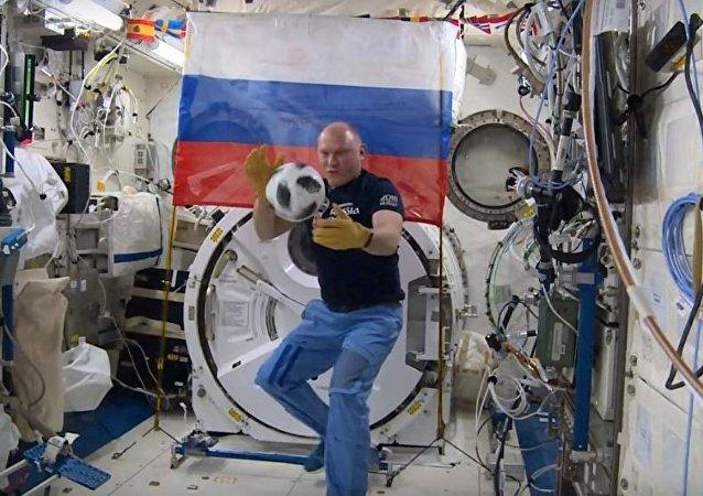 宇航员在国际空间站踢球  那可是世界杯比赛首场用球