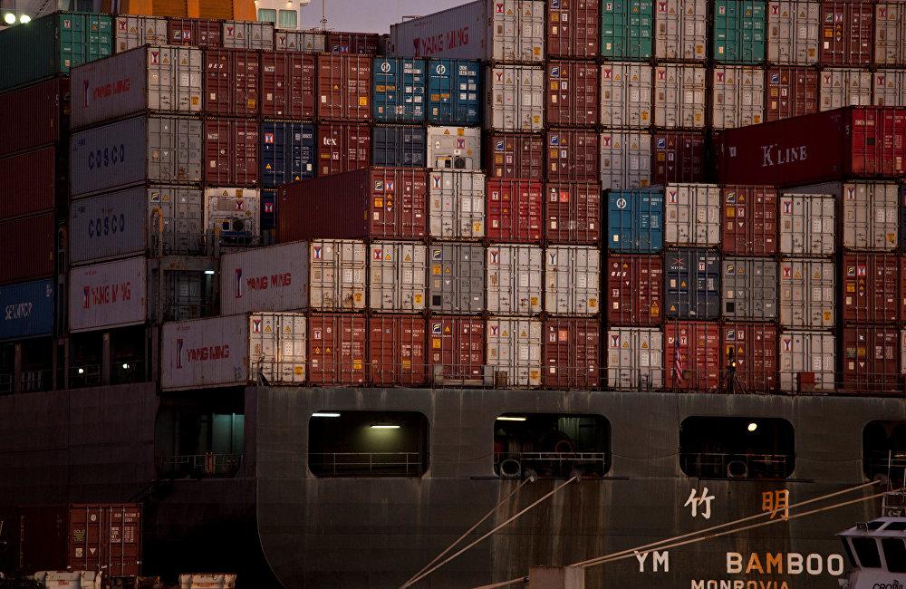 。2016年,欧盟有800万吨废纸及160万吨废塑料发往中国。甚至,已建立其从中国向欧洲、美国或澳大利亚的工业商品集装箱物流链条。返程时不跑空车,向中国运进垃圾或生产废料。据统计,仅2015年,中国就接收了4000多万吨外国垃圾。