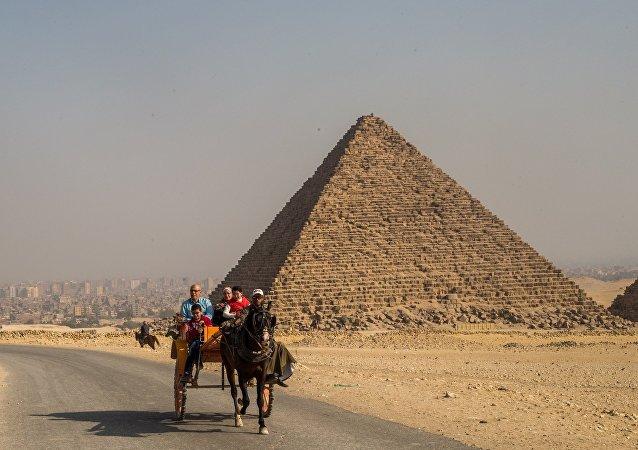Пирамида Микерина (Менкаура) в Эль-Гизе, пригороде Каира