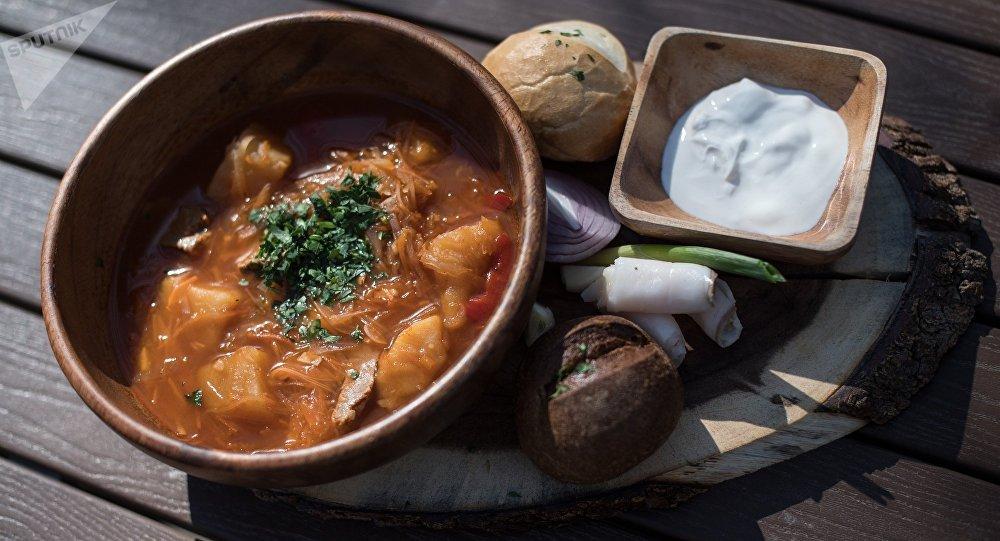 《羅斯托夫-教皇》餐廳有最真宗的哥薩克紅菜湯 - 佐以豐富的肉湯,小牛肉,蔬菜,豬油和大蒜。