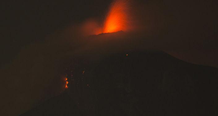 遭遇火山爆发危害的危地马拉海岸附近发生5.2级地震