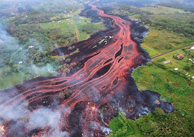 火山爆發徹底摧毀美夏威夷大島度假之地