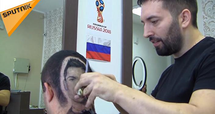 塞尔维亚理发师在顾客头上剃出C罗肖像