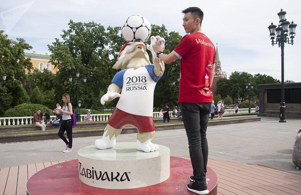 志愿者活动是一项非常阳光和积极的活动,不管对于自己的社会经历,还是个人素质来讲,都是一个非常好的提升机会。 作为一个在莫斯科的留学生能遇到一个四年一届的受到世界瞩目的体育盛事,这是一个很难得的机会。