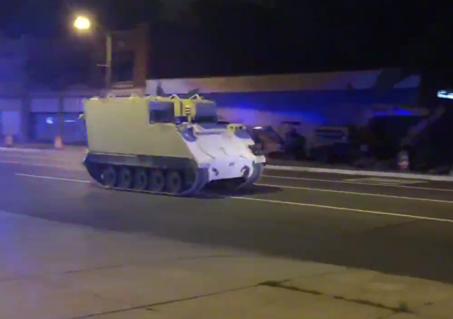 美国警方花两小时拦截被盗装甲运输车