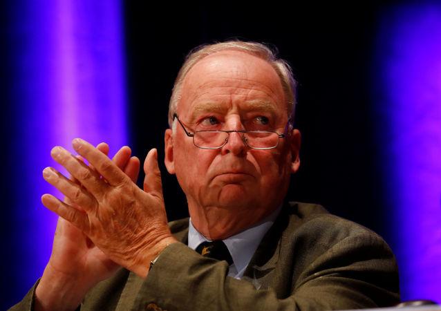 德国右翼政党主席的衣服因其纳粹的言论被偷