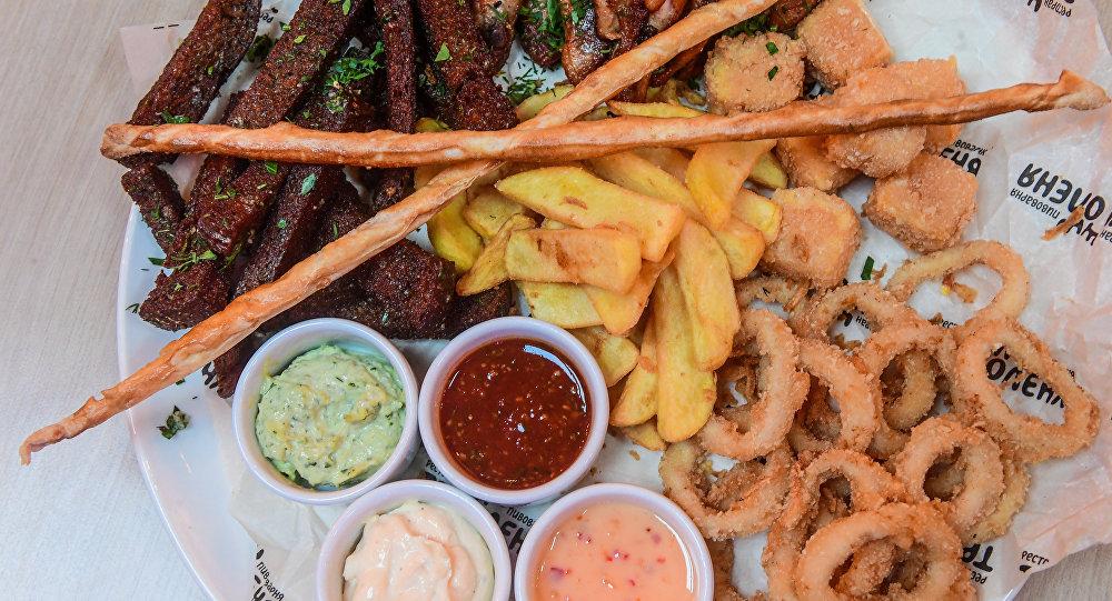 """三鹿饭店""""啤酒什锦"""":脆皮油炸面包、油炸鱿鱼圈、香辣鸡翅和薯条"""