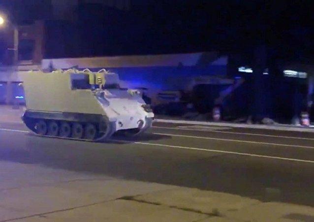 """大兵盗走装甲车 与警方上演百公里""""速度与激情"""""""