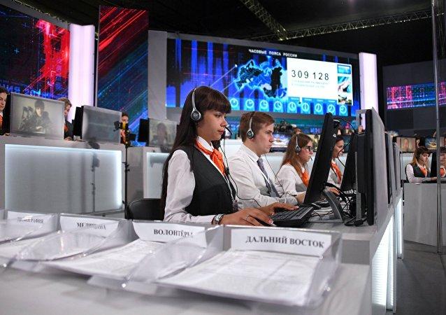 Сотрудники колл-центра накануне Прямой линии с президентом РФ Владимиром Путиным в Гостином дворе