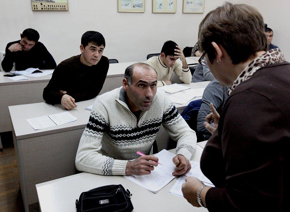 符拉迪沃斯托克市远东联邦大学教师为移民们讲授俄语