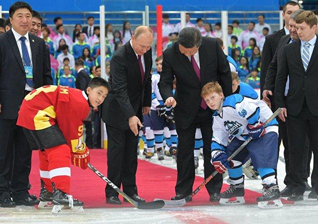 Президент РФ Владимир Путин и председатель КНР Си Цзиньпин во время посещения товарищеского хоккейного матча юношеских команд в Тяньцзине