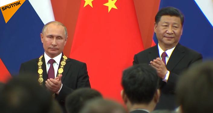 """习近平向首位外国元首俄罗斯总统普京颁授中华人民共和国""""友谊勋章"""""""