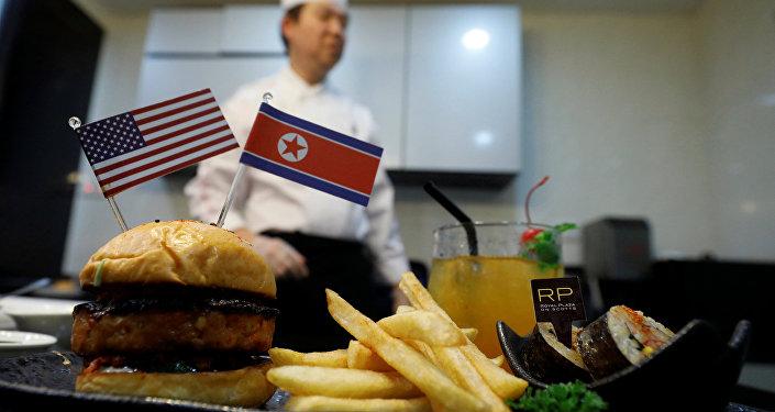 特金會前新加坡現「和平漢堡」和「火箭人」玉米片