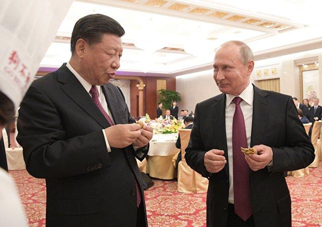 2018年6月8日。俄羅斯總統普京同中國國家主席習近平在天津的隆重招待會上