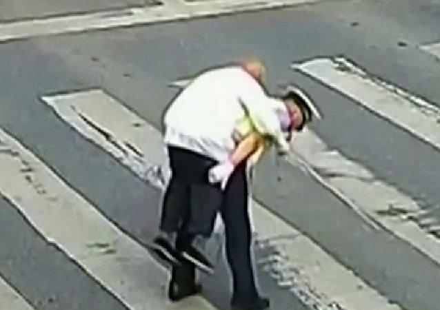 中国警察背送老人过马路