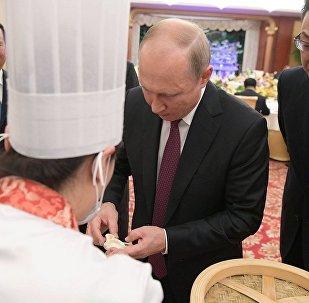 普京在中国试做天津美食狗不理包子