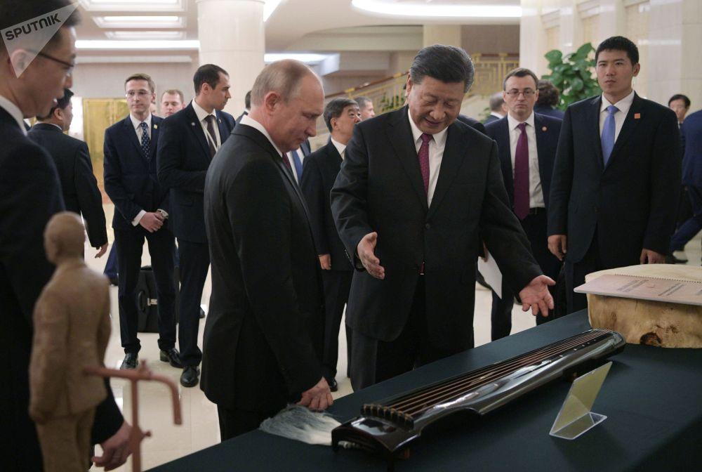 俄羅斯總統弗拉基米爾•普京和中國國家主席習近平在天津的隆重歡迎儀式上。