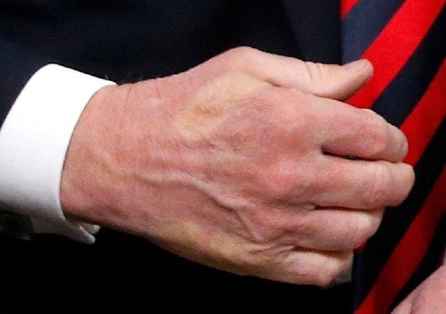 G7峰會上 馬克龍與特朗普握手並留下了「印記」