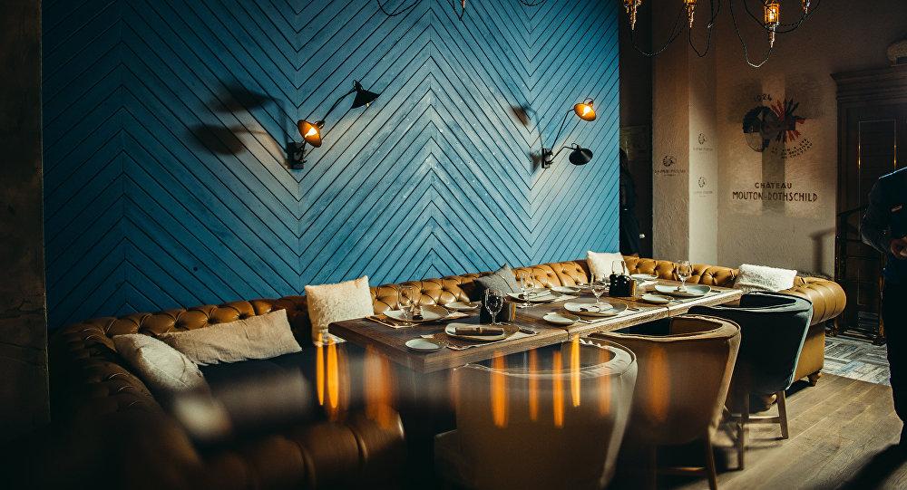 餐厅的设计别具一格:内部装饰结合了大理石,木材和金属,一楼设有开放式厨房和音乐舞台,沿着螺旋楼梯进入到二楼大厅,二楼有烧烤区,可供交流的酒吧和酒窖,里面还珍藏了秘制葡萄酒。