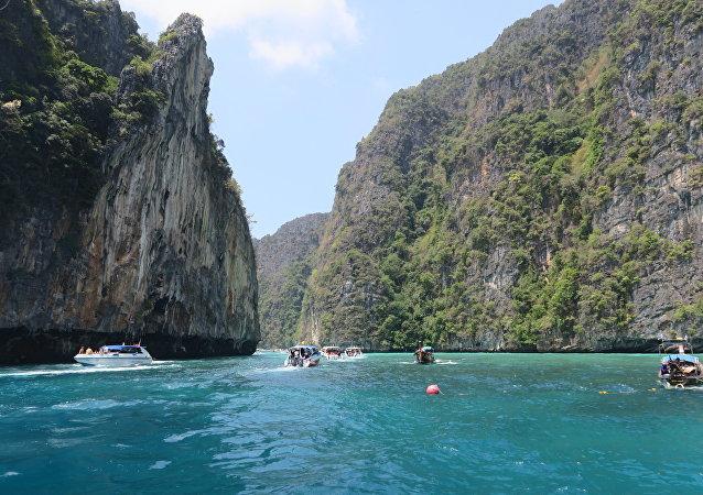 泰国著名的玛雅海滩实行通行证制度