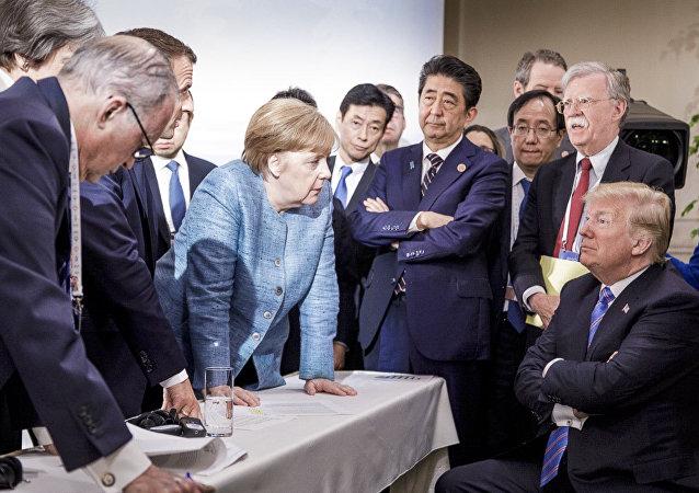 """""""胜过千言万语"""":媒体和社交网热议G7峰会上的默克尔和特朗普照片"""