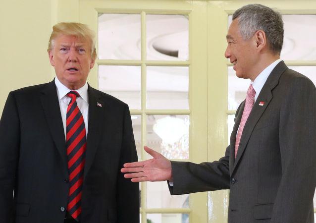 新加坡总理提前三天向特朗普赠送生日蛋糕