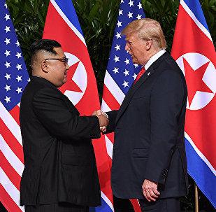 金正恩與特朗普在朝美峰會上首度握手