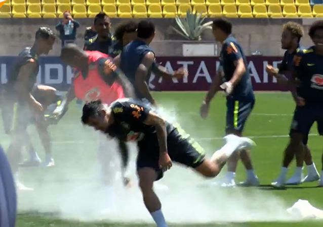 巴西队狂欢生日趴:互扔鸡蛋和面粉