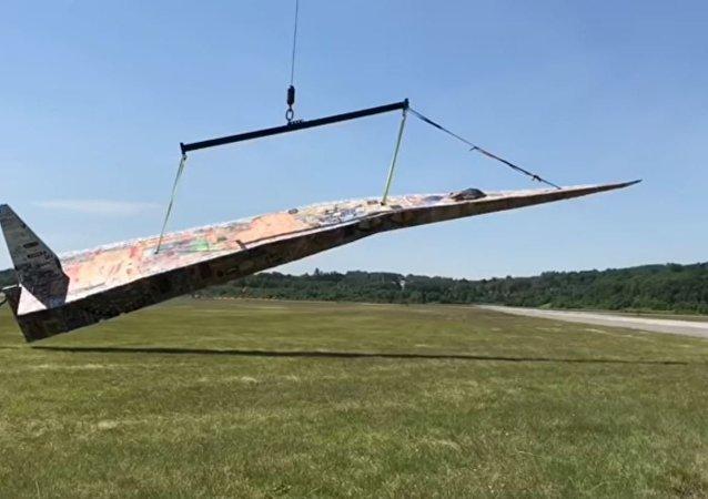 世界上最大的纸飞机在美国亮相