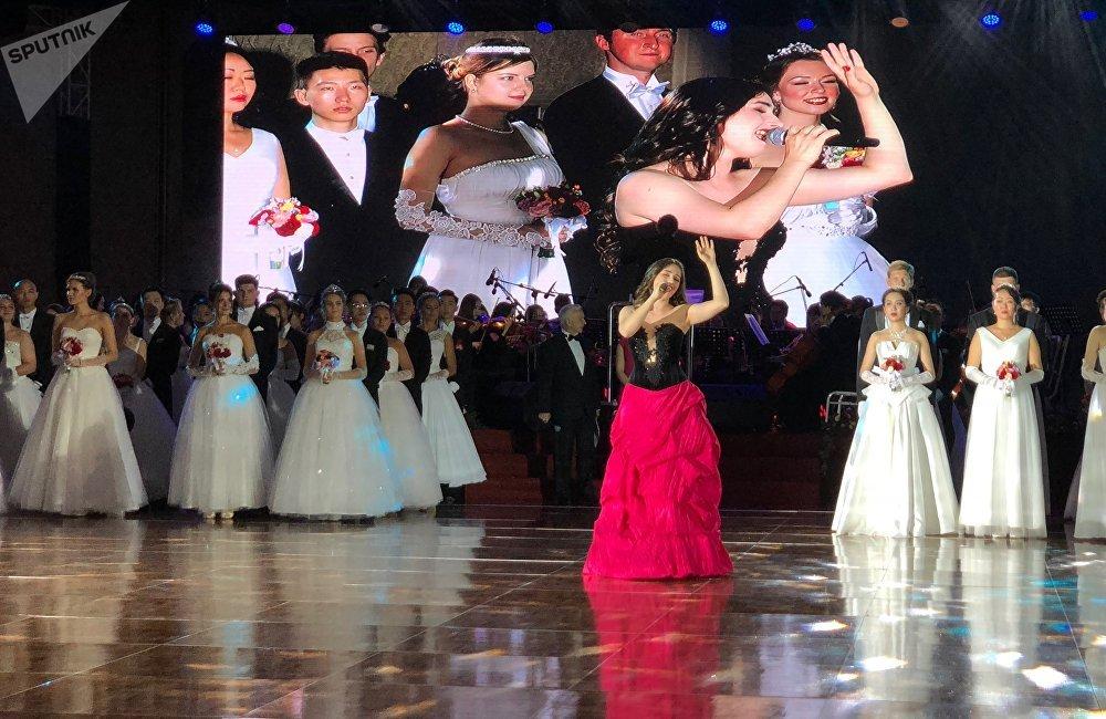 新人表演完畢後是芭蕾舞盛宴。莫斯科大劇院首席演員阿爾喬姆·奧夫恰連科和尼娜·卡普佐娃表演了《胡桃夾子》中的柔板和《吉賽爾》中的柔板,而聖彼得堡米哈伊洛夫斯基劇院首席演員馬拉特·捨米烏諾夫和伊琳娜·佩林則表演了《斯巴達克斯》中的片段。