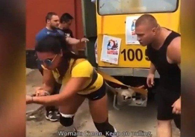哈薩克斯坦女運動員拉動載有50名乘客的電車