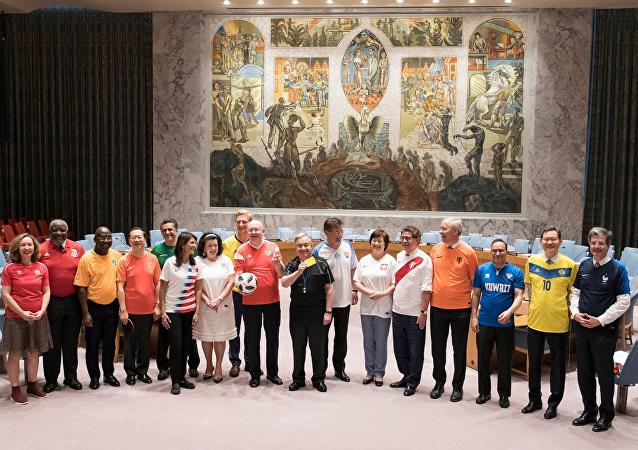 政治靠邊站:各國常駐聯合國代表穿國家隊球衣合影