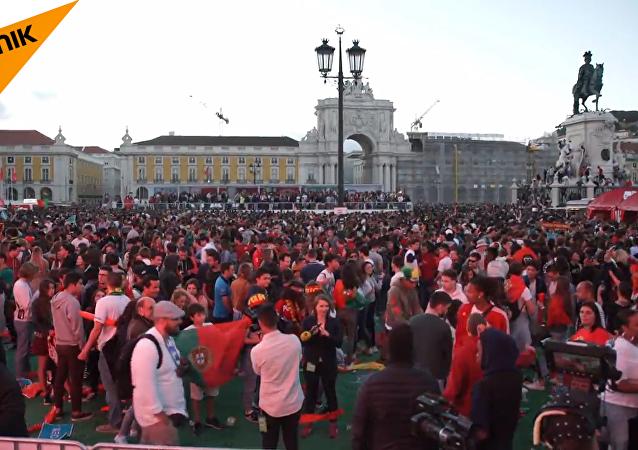 葡萄牙球迷大屏幕观战