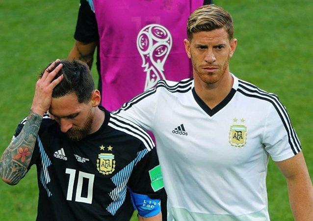 阿根廷队长里奥•梅西(左边)