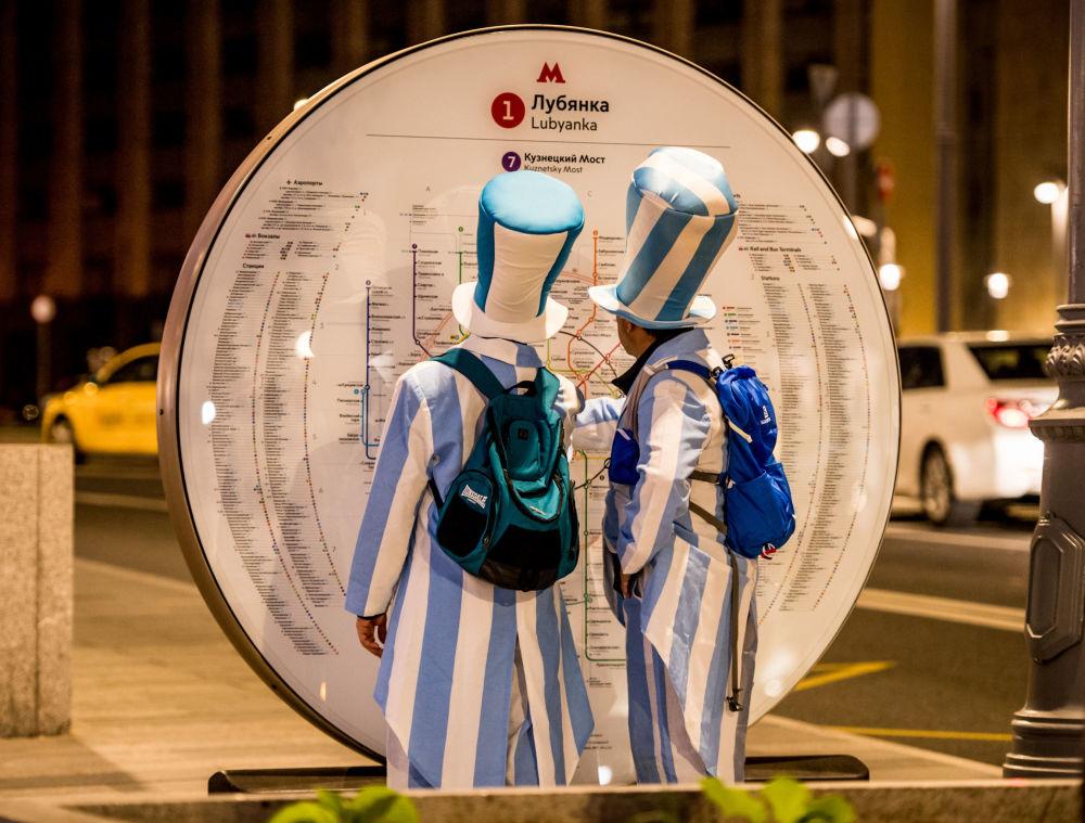 阿根廷队球迷在研究莫斯科地铁图