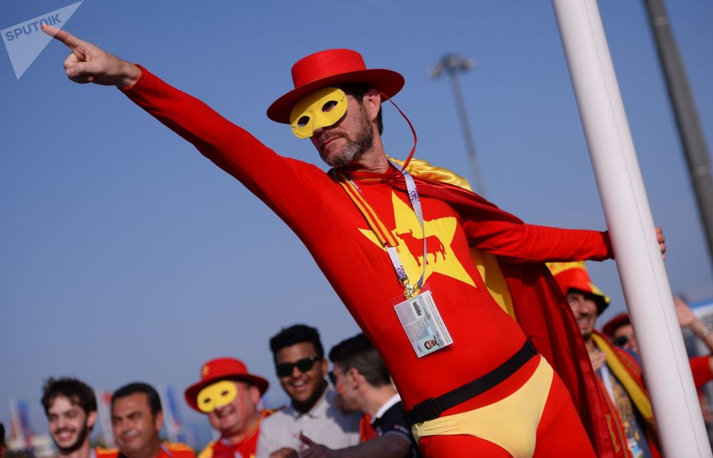 2018年世界杯,西班牙队球迷在索契举行的葡萄牙队和西班牙队小组赛开始前