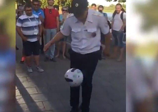 頓河畔羅斯托夫警察在遊客歡呼聲中展示精湛球技