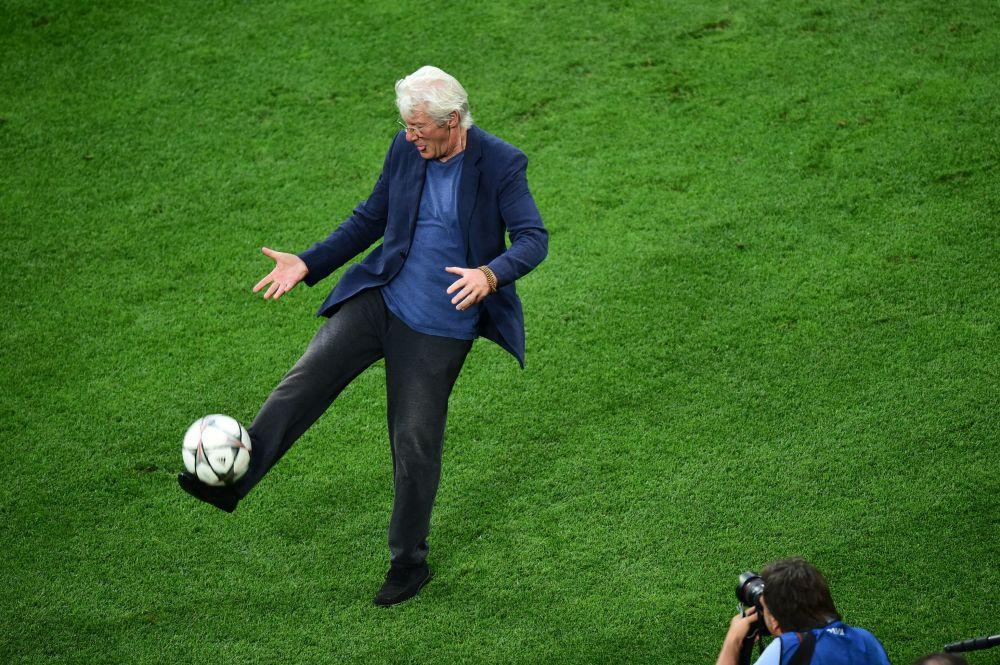 踢足球的名人