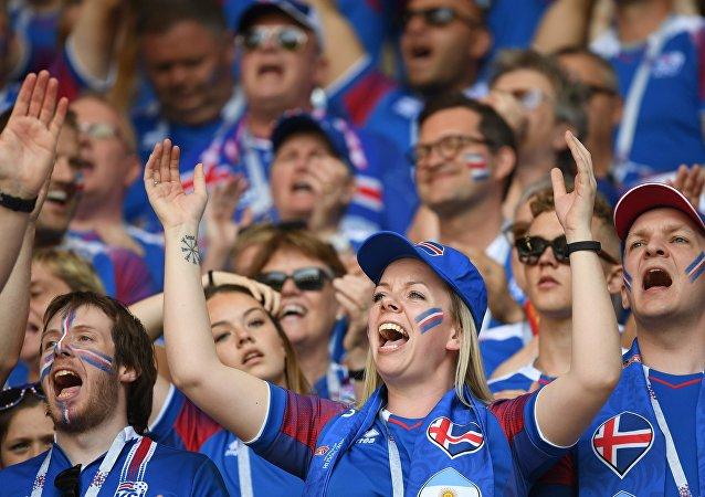 冰岛球迷唱《卡琳卡》感谢俄罗斯的盛情款待