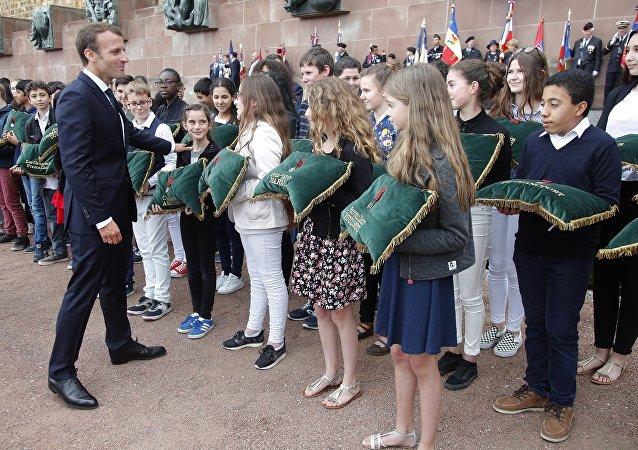 """在法国举行的官方仪式上,一名少年因为说了一句""""马努,你怎么样?""""而受到法国总统马克龙的斥责。"""