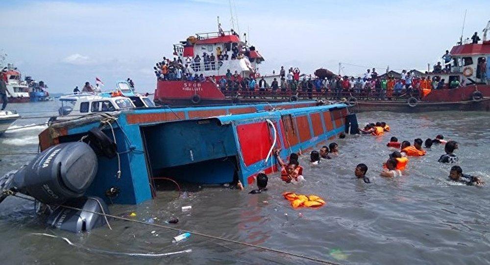 印尼渡轮沉船事故造成180人失踪