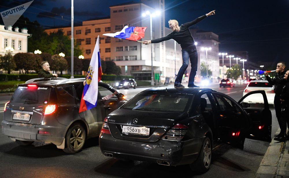俄罗斯球迷庆祝两连胜