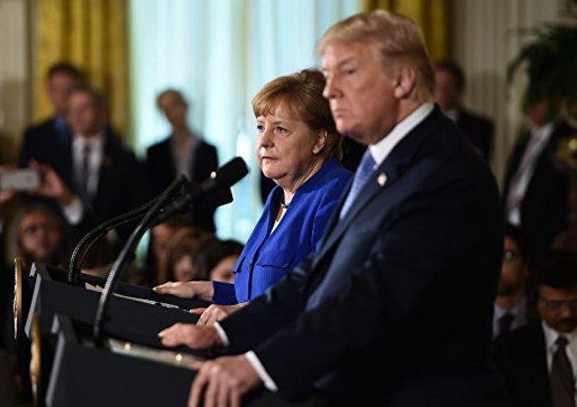美国总统唐纳德·特朗普在加拿大G7峰会上向