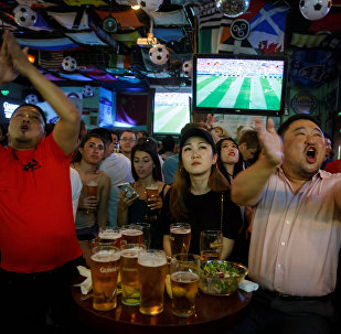 北京外卖师傅们在世界杯比赛期间彻夜加班送餐