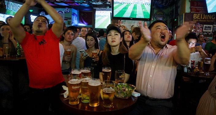 北京外賣師傅們在世界杯比賽期間徹夜加班送餐