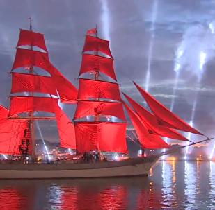 圣彼得堡红帆节——夜晚涅瓦河上红帆烟花两相映