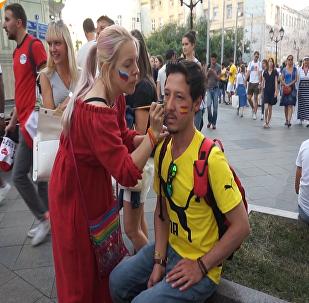 """莫斯科街头处处皆是""""国旗脸"""""""