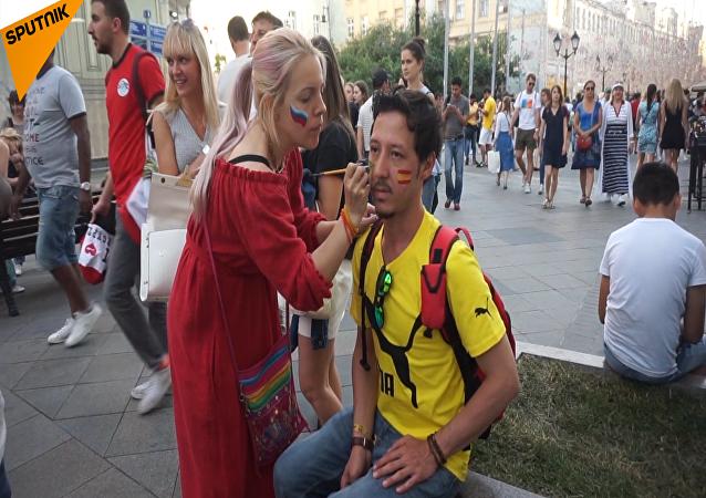 莫斯科街頭處處皆是「國旗臉」